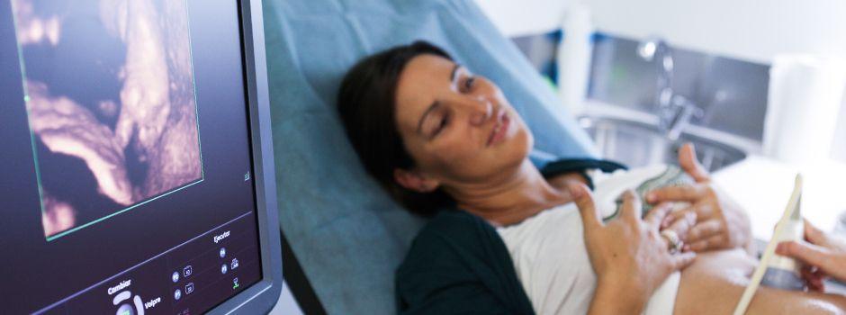 Paciente con doctora viendo una eco 3d en monitor