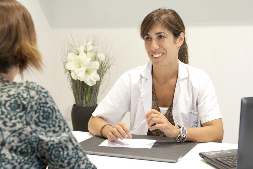 Doctora visitando paciente